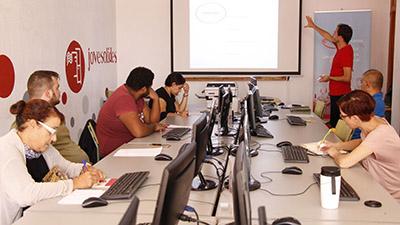 foto de personas aprendiendo TIC