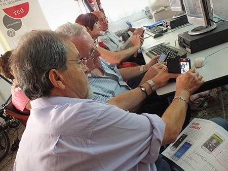 foto de mayores aprendiendo el smartphone